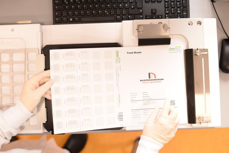 Blisterkarte wird mit Umschlag versehen